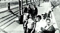 Çoluk çocuğuyla köprüden ilk geçen yaya