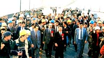 Köprü şov: Başbakan, Fatih Sultan Mehmet Köprüsü'nü yürüyerek geçti...