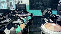 Şemsiye ile sınıfta ders dinliyorlar