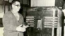 Eski radyo şimdikinin yanında dev gibi duruyor