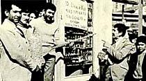 """Bir bakkal 10 liralık alışveriş eden herkese bir """"Türkü"""" okuyor"""