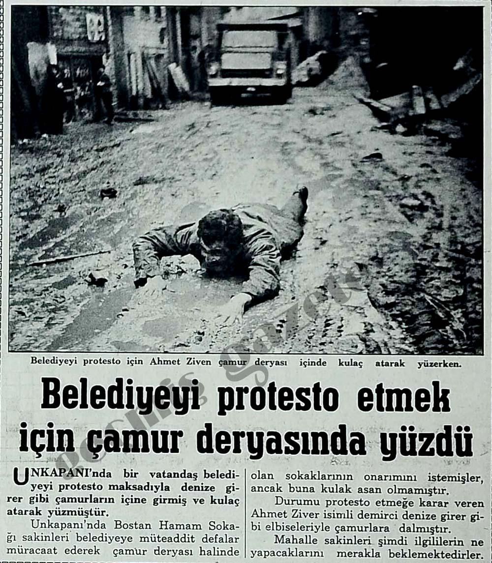 Belediyeyi protesto etmek için çamur deryasında yüzdü