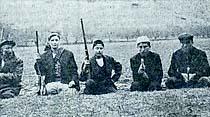 Silahlı muhafızlar çiftlikleri koruyor