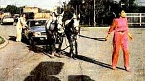 Ajda Pekkan, 2 atın çektiği Mercedes'le benzinciye geldi