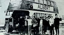 12 İngiliz genci iki katlı hurda otobüs ile Asya turuna çıktı