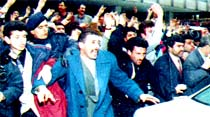 Sancılı başlangıç: Yazıcıoğlu'nun otomobilini yumrukladılar