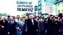 Büyük yürüyüşte Türkeş pankart taşıdı