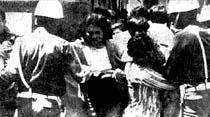 İzmir'de yürüyüş yapan Assubay eşleri polislerle çatıştı