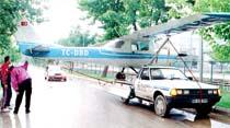 Temel'in uçağı ağaca takıldı