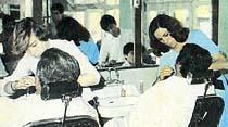 Saçını ilk kez bayan berbere kestiren müşteri heyecanlanıyor ama gel de traş olma!..