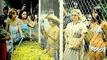 Turistik tesislerde yerli ve yabancı turistler tel örgüyle ayrılıyor