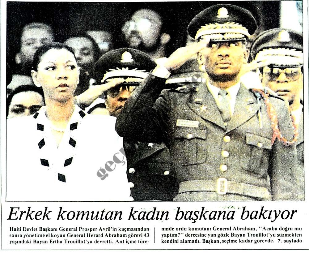 Erkek komutan kadın başkana bakıyor