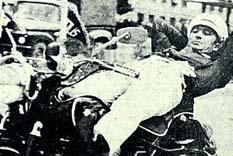 Polis, alev çemberinden geçti halkın sevgi çemberine girdi