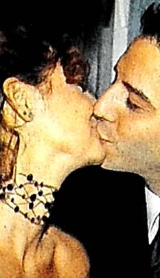 Pınar Altuğ'un nişan öpücüğü