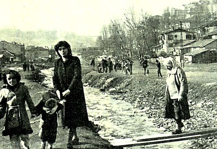 İstanbul'un göbeğinde sefilleri oynuyorlar